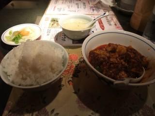 四川麻婆豆腐、卵スープ、ごはん、漬物(ごはんと漬物はお代わり可)、後から杏仁豆腐も